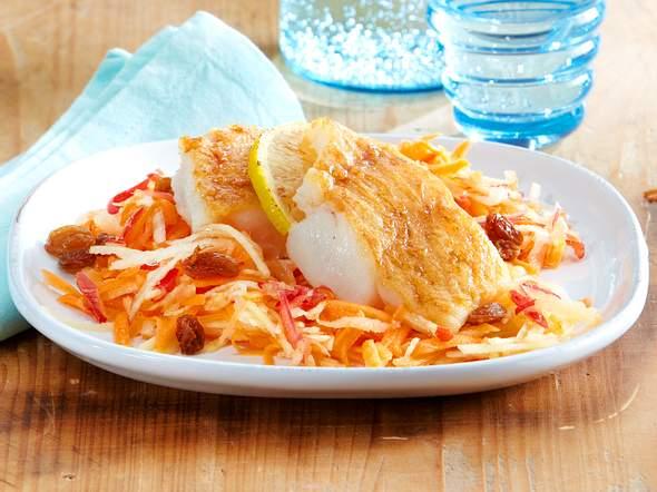 Apfel-Möhren-Salat mit Knusperfisch Rezept