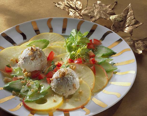 Apfel-Sellerie-Carpaccio mit Nuss-Frischkäsekugeln Rezept