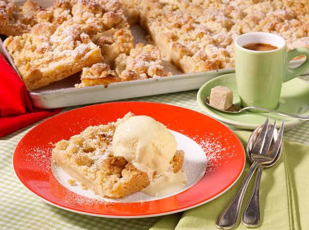Apfel-Streuselkuchen mit Vanilleeis Rezept