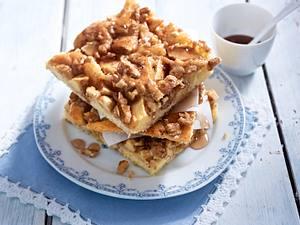 Apfel-Walnuss-Kuchen mit Zimtsirup Rezept