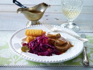 Apfel-Zimt-Rotkohl zu Schweinefilet und Kroketten Rezept