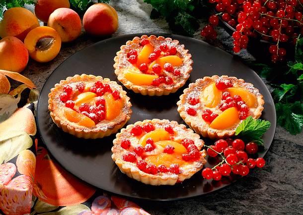 Aprikosen-Johannisbeertörtchen mit Marzipanguss Rezept