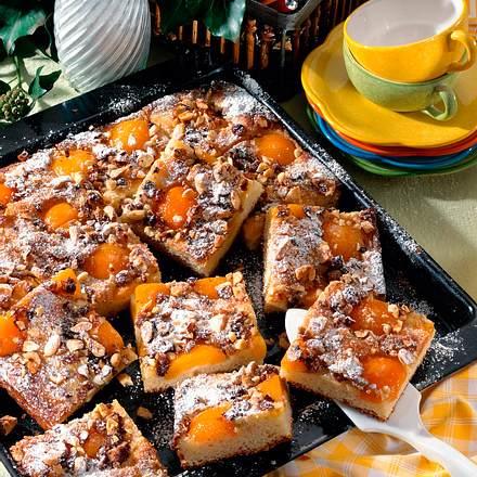 Aprikosen-Kuchen mit Studentenfutter Rezept