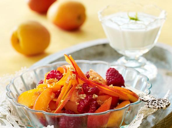 Aprikosen-Salat mit Haferflocken-Krokant und Limetten-Joghurt Rezept
