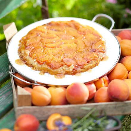 Aprikosen Tarte Tatin mit Crème fraîche und Lavendelzucker Rezept