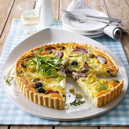 Artischocken-Zwiebel-Tarte mit Oliven und Rauke Rezept