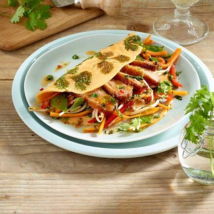 Asia-Kräuterpfannkuchen mit Entenbrust, Gemüse und süß-saurer Soße Rezept