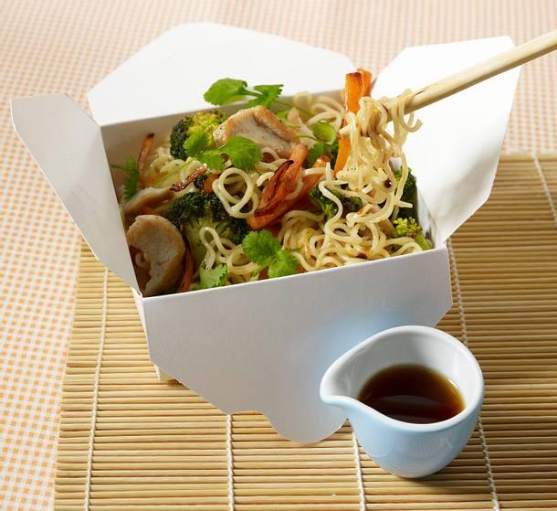 Asia-Nudeln mit Broccoli und Hähnchen Rezept
