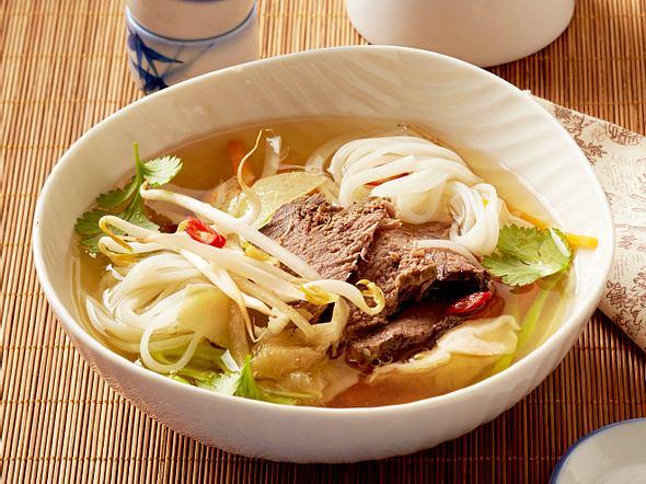 Asia-Suppe mit Tafelspitz, Reisnudeln, Shiitake und Wasabi Rezept