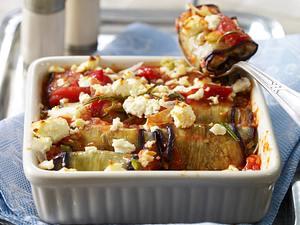 Auberginenröllchen mit Bulgurfüllung auf Tomatensoße mit Schafskäse überbacken Rezept