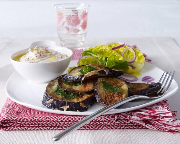Auberginenschnitzel mit Tahin-Joghurtsoße und Römersalat Rezept
