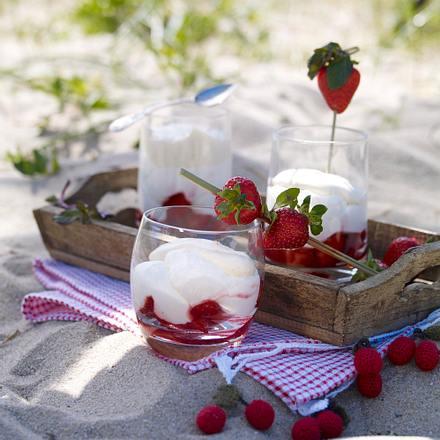 Aussenproduktion - Quarkmousse mit Erdbeeren und Vanillerahm (Sansibar - Sylt) Rezept