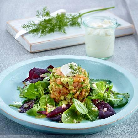 Avocado-Lachs-Tatar mit Meerrettich-Sahne auf Baby-Leaf-Salat Rezept