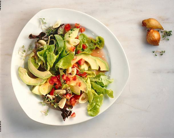 Avocadosalat mit Tomaten-Vinaigrette Rezept