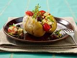 Backkartoffel mit Schafskäse, Lauchzwiebeln, Oliven und Tomaten Rezept