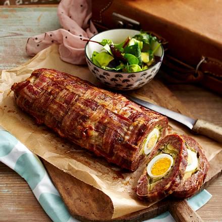 Bacon-Hack-Rolle mit Salsicce und gekochten Eiern Rezept