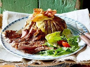 Bacon-Käse-Kartoffeln zu Rumpsteak und Salat Rezept