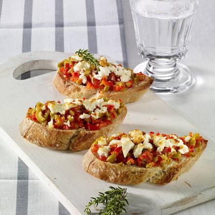 Baguette mit Oliven-Paprika-Schafskäse-Tatar Rezept