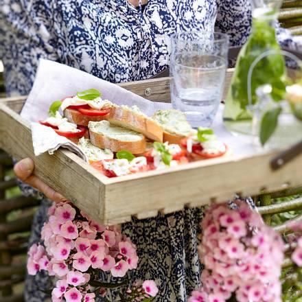 Baguettescheiben belegt mit Tomate Mozarella / Pesto Frischkäse Rezept