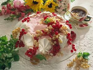 Baiser-Eistorte mit Johannisbeeren Rezept