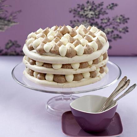 Baiser-Mandeltorte mit zweierlei Puddingcreme und Mandelblättchen Rezept