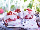 Baiser-Quark-Sahne mit Erdbeeren Rezept