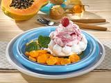 Baisertörtchen mit Fruchtsahne und Früchten in Karamell-Soße Rezept