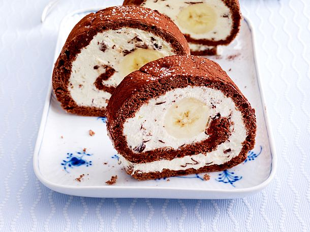 Banana-Split-Biskuitrolle Rezept