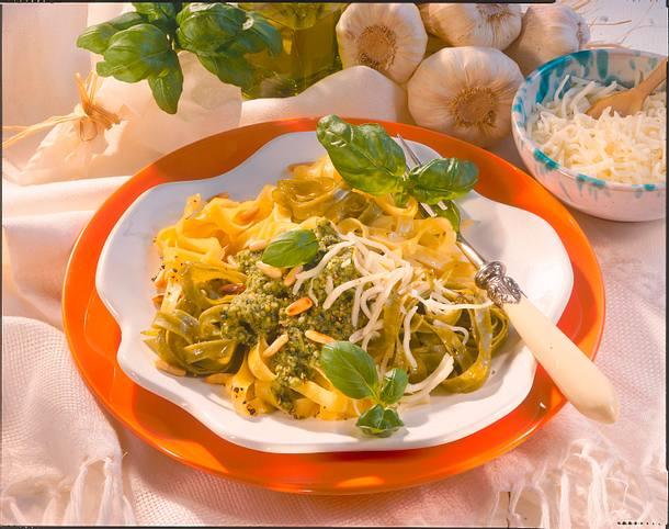 Bandnudeln in Pesto-Käse-Soße Rezept
