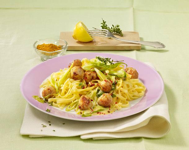 Bandnudeln mit Fleischbällchen in Currysoße Rezept