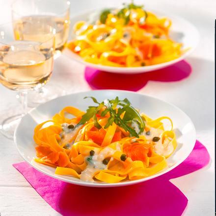 Bandnudeln mit geräuchertem Lachs in Zitronenkapernsoße Rezept