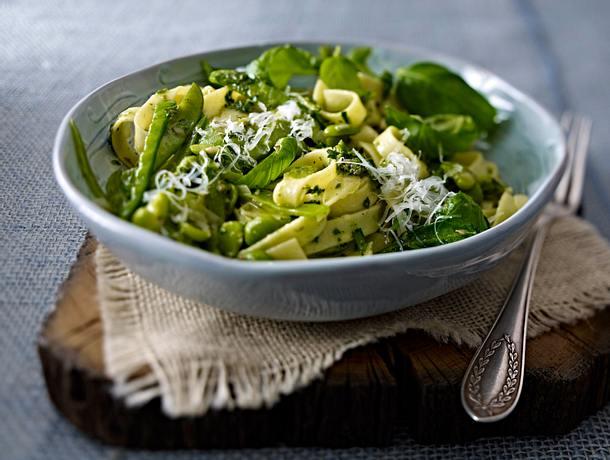 Bandnudeln mit grünem Gemüse und Salsa verde Rezept