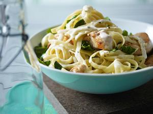 Bandnudeln mit Hähnchenfilet und Spinat in Gorgonzolasoße Rezept