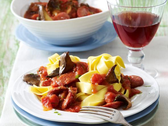 Bandnudeln mit Kräuterseitlingen und Bratwurst in Tomatensoße Rezept