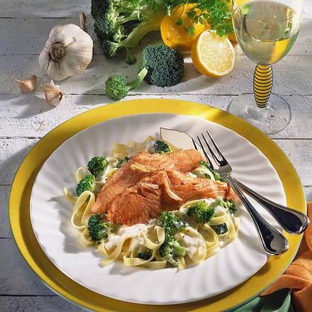 Bandnudeln mit Rahm-Broccoli und Lachstranchen Rezept
