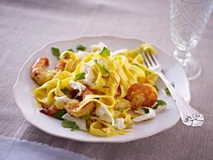 Bandnudeln mit Safransoße, Mozzarella und Garnelen Rezept