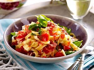 Bandnudeln mit Tomaten-Mozzarella-Vinaigrette Rezept