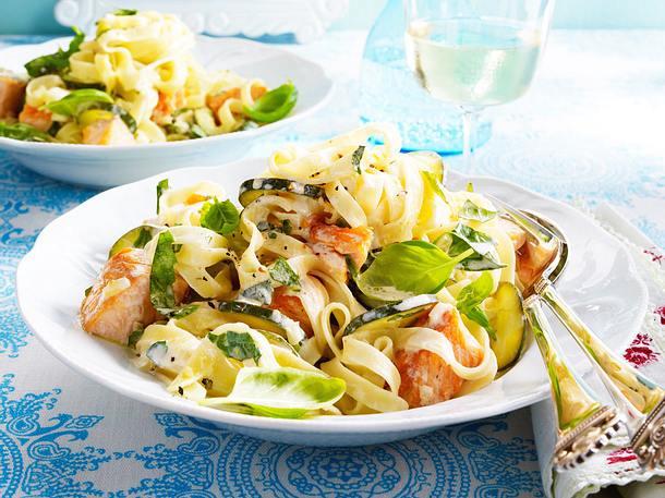 Bandnudeln mit Zucchini-Lachssoße Rezept