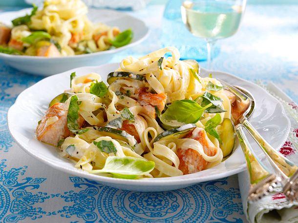 Bandnudeln mit Zucchini-Lachs-Soße Rezept