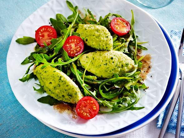 Basilikum-Grießnockerln auf Salat Rezept