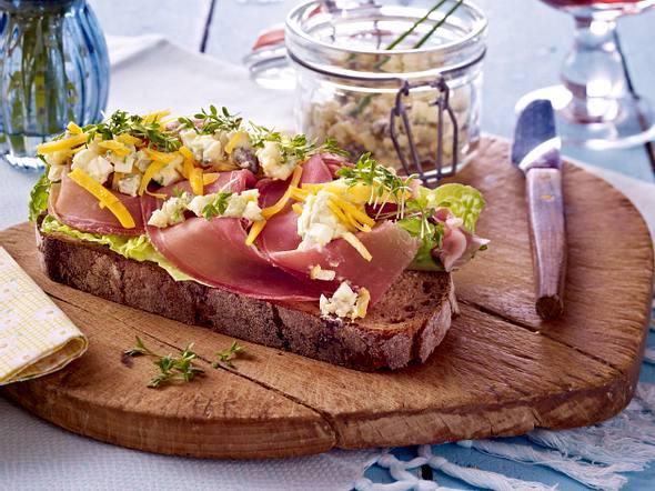 Bauernbrot mit Eierhäckerl, Cheddarkäse und Katenschinken Rezept