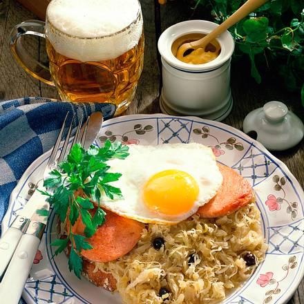 Bauernbrot mit Sauerkraut, Fleischwurst und Spiegelei Rezept