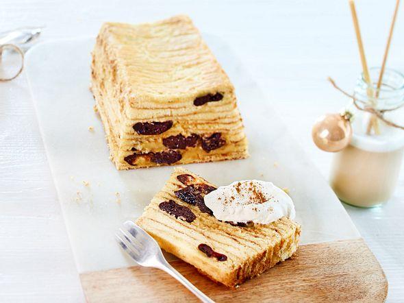 Baumkastenkuchen mit Pflaumen und Zimtsahne-F8683001