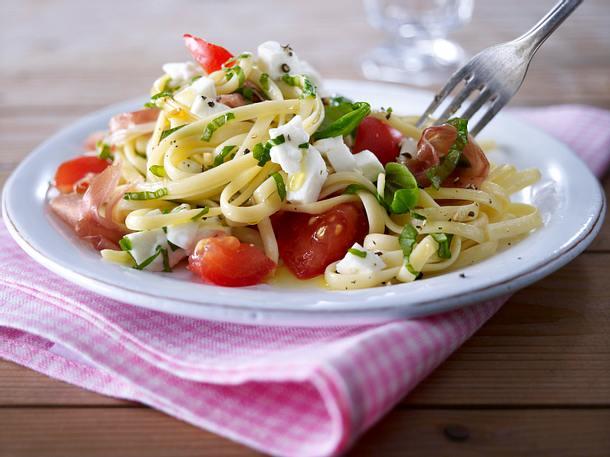 Bavette mit Tomaten, Mozzarella, Basilikum und Knoblauch Rezept