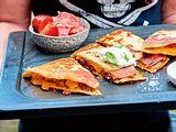 Beef-Quesadillas mit Tomatensalat Rezept