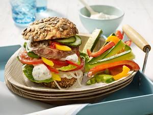 Beefsteak-Burger und Gemüsesticks Rezept