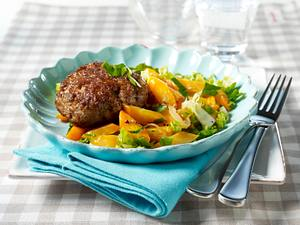 Beefsteak-Frikadelle mit Petersiliemöhren und Römersalat Rezept