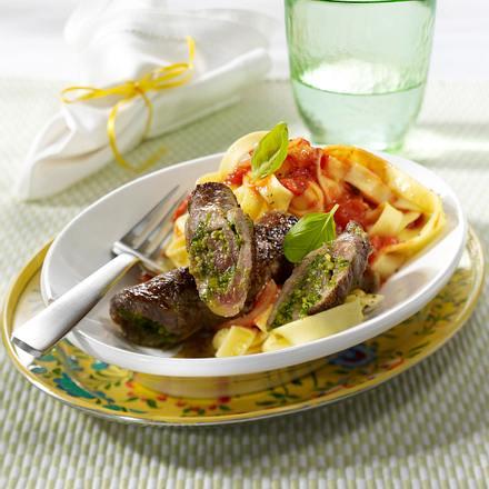 Beefsteakröllchen mit Pesto in Tomatensoße und Bandnudeln (aus 4 mach 1) Rezept