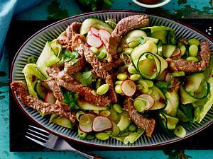 Beefsteakstreifen auf lauwarmem Asia-Salat Rezept
