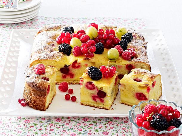 Beeren-Eierlikörkuchen mit Crème-fraîche-Guss Rezept